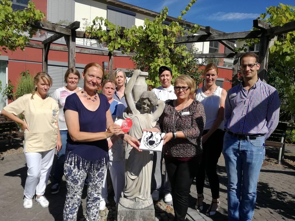 Das Team des Pflegewohnstift An der Schützenalle bei der Scheckübergabe an Frau Thorsting