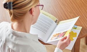 Frau liest Informationsbroschüre im Pflegeheim in Hamburg