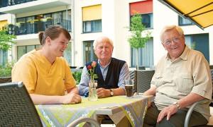 Bewohner und Mitarbeiter Pflegeheim Hannover im Garten