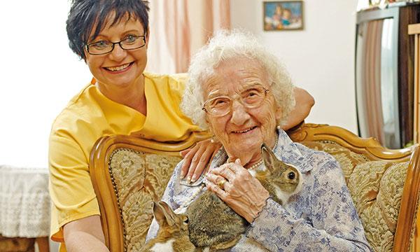 Bewohnerin mit Hasen im Arm im Pflegewohnstift Falkensee