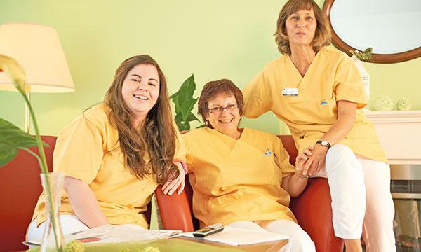 Pflegefackräfte auf dem Sofa im Pflegeheim Garbsen