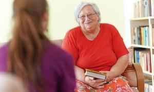 Bewohnerin liest Buch im Pflegewohnstift Golhis