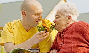 Pflegekraft und Bewohnerin im Garten vom Pflegewohnstift Hönow
