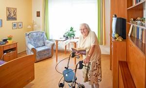 Bewohnerin in Ihrem Einzelzimmer im Pflegeheim Leipzig