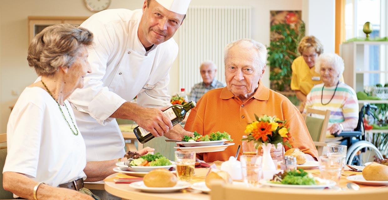 Einnahme einer Mahlzeit im Pflegeheim Wolfenbüttel