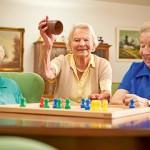 Bewohnerinnen spielen Mensch ärgere Dich nicht im Pflegeheim Wolfenbüttel