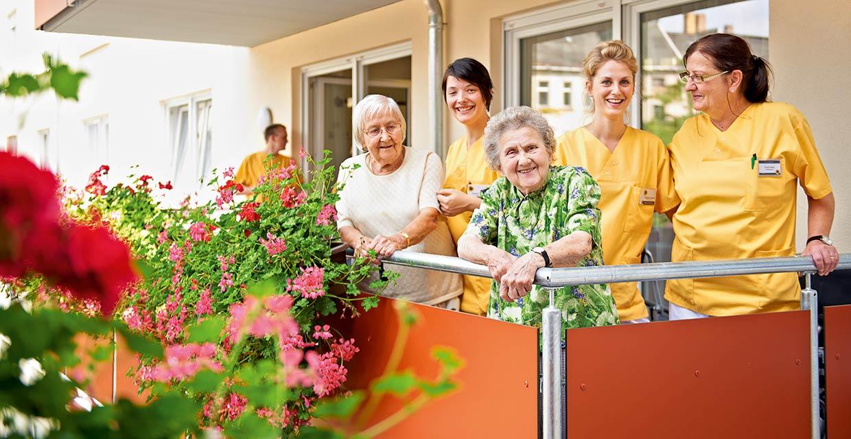 Bewohnerinnen und Pflegekräfte auf einem Balkon im Pflegeheim Leipzig