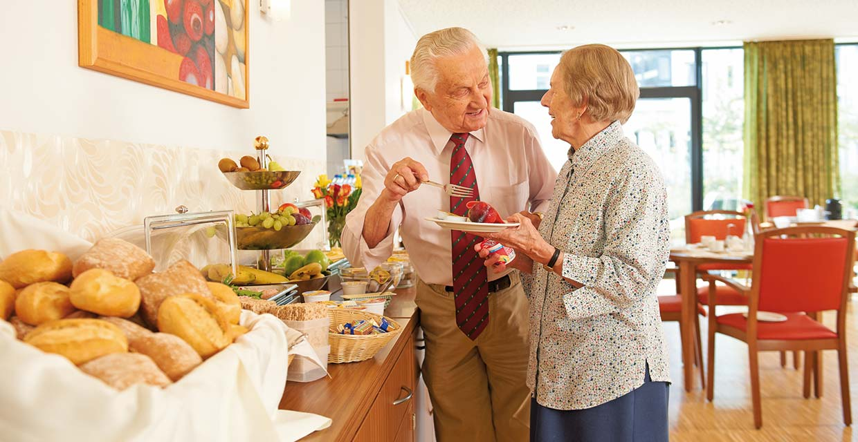 Ein Ehepaar in der Cafeteria des Pflegeheim Hannover