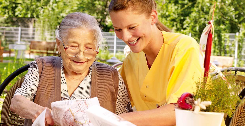 Pflegefachkraft draußen mit Bewohnerin im Pflegeheim Potsdam