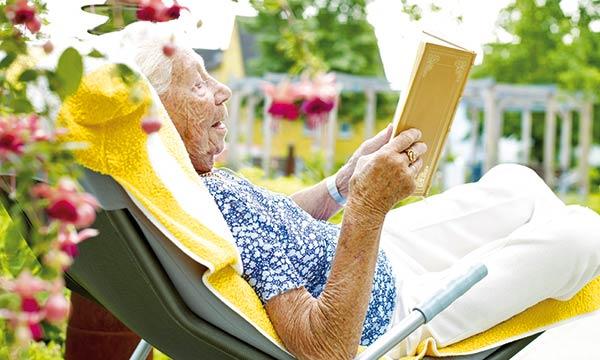 Bewohnerin im Garten im Pflegeheim Pattensen