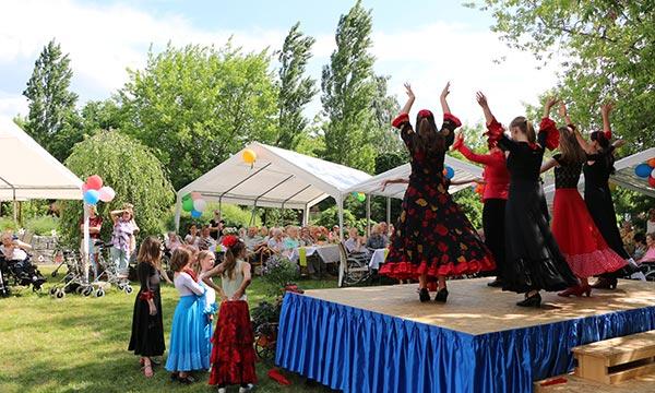 Altenheim-Potsdam-Pflegewohnstift-Babelsberg-Sommerfest-Tanzgruppe