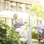 Bewohner des Pflegeheims Hannover Davenstedt auf Ergotherapiegeräte im Garten