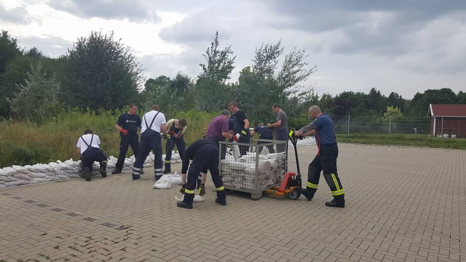 Mitarbeiter der Feuerwehr Wolfenbüttel sichern unser Pflegeheim mit Sandsäcken.
