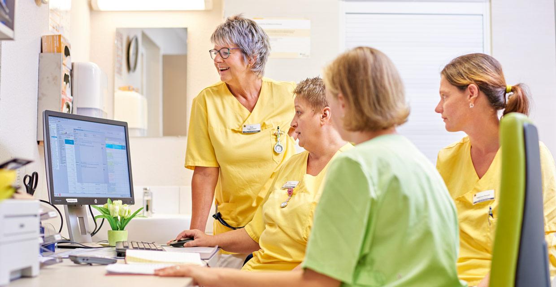Teamsitzung mit Wohnbereichsleitung im Pflegeheim