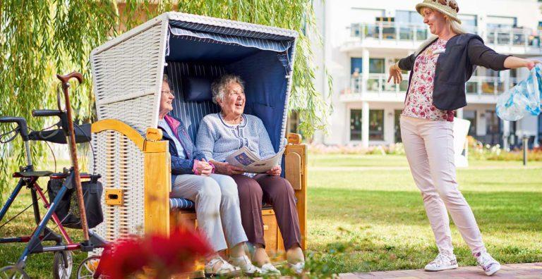 Betreuerin mit glücklicher Bewohnerin im Pflegeheim Rostock