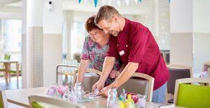 Koch verteilt Essen an die Mitbewohner im Pflegeheim Rostock
