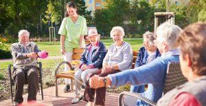 Glückliche Bewohner des Pflegeheims in Rostock mit Betreuer